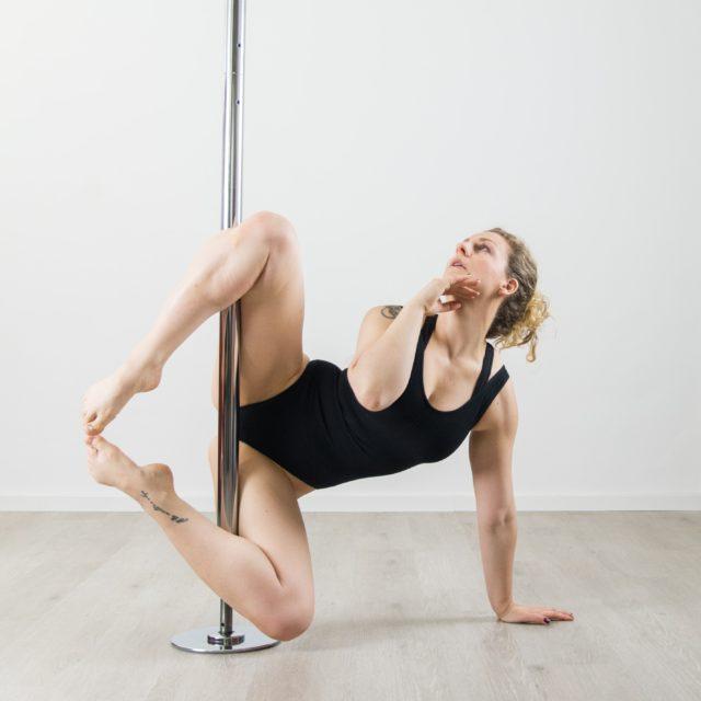 Low Pole lernen. Poledance nahe dem Boden ist selbstverständlich auch möglich und bietet dir neue Zugangsweisen für Pole Dance.