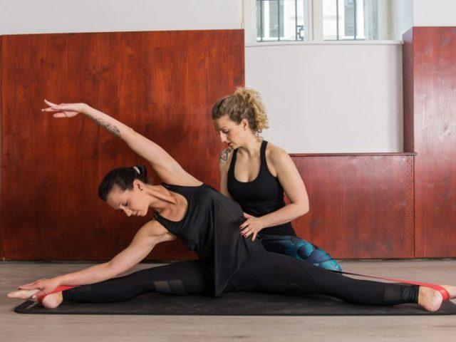 Lerne aktives und passives Dehnen und die richtige Stretching-Technik! Gesundes Dehnen lässt deinen Körper lange geschmeidig bleiben.