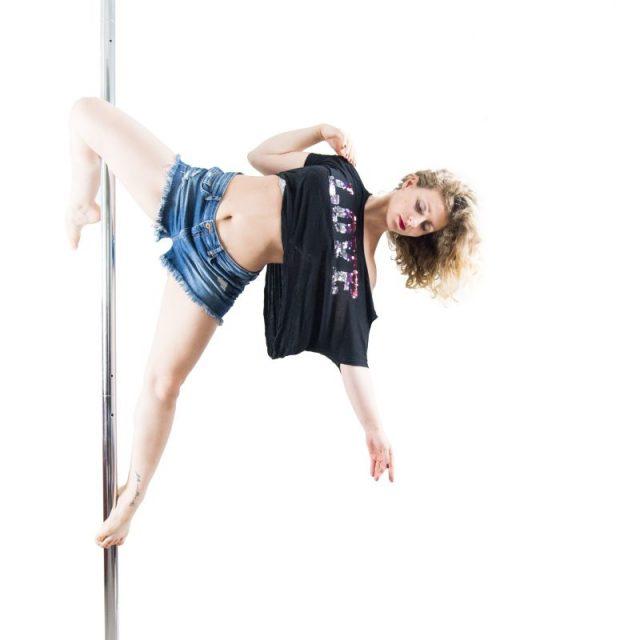 Lerne den eigenen Körper besser kennen durch das Training an der Polestange.