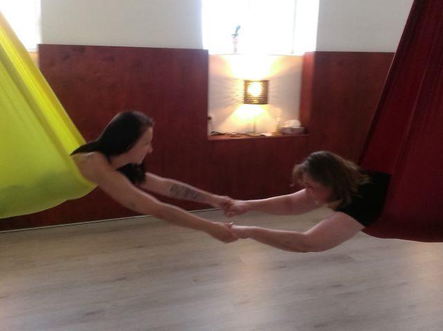 Mutter und Tochter verbringen gemeinsam Zeit beim Aerial Yoga