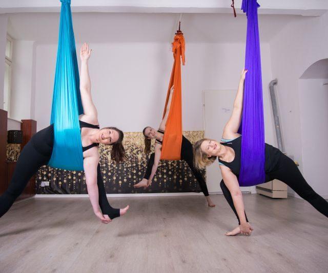 Aerial Flow Yoga trifft auf Flexibility Programm. Arbeite an einem gedehnteren und kräftigen Körper.