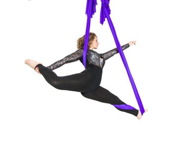 Akrobatische Figuren am Aerial Hammock.